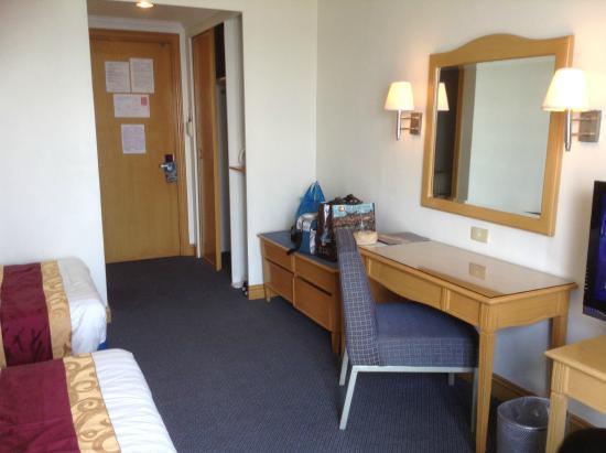 Aloha Hotel: dresser