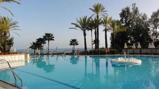 Marriott's Playa Andaluza: Main pool with a view of the beach