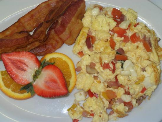 Randevu : Scrambled eggs with vegetables, bacon