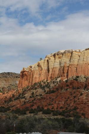 Ghost Ranch Education & Retreat Center: Beautiful views of the red rock cliffs