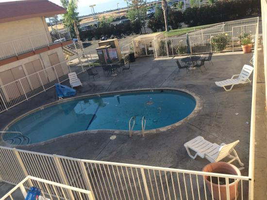 Vagabond Inn Bakersfield South: Trash in and around the pool