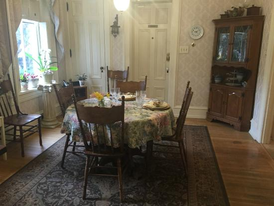 Lovelace Manor Bed and Breakfast: Set Table