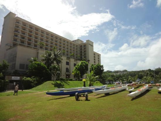 Holiday Resort & Spa Guam: ビーチからホテルを見ると。