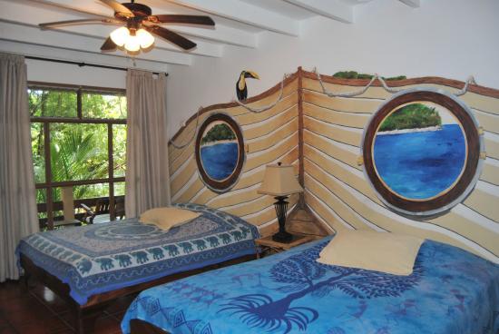 Jungle Beach Hotel at Manuel Antonio: Habitacion 9, con 2 camas Queen A/C TV Refrigeradora
