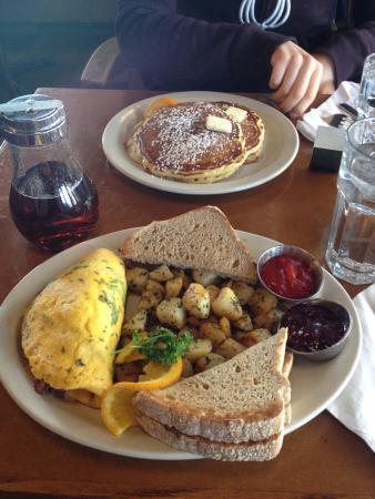 Stella's Cafe and Bakery: Omelette with hash browns, toast and their amazing jam