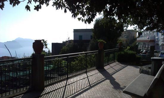 Hotel Caruso: vista dalla piazzetta a 5 m dall'hotel