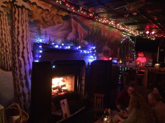 Skyway Bar & Grill: Cozy fire