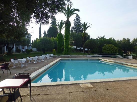 Hotel Transatlantique Meknes: Garten mit Pool