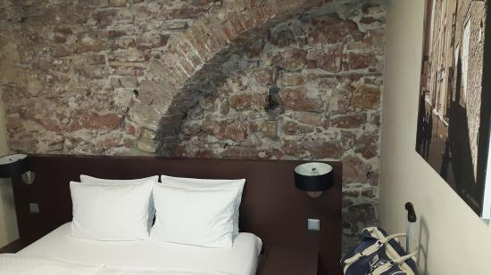 Old City Boutique Hotel: Nice brick wall detail