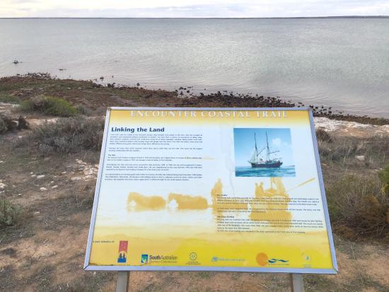 Ceduna, Austrália: The walk has many information panels on the pathway to to read and educate.
