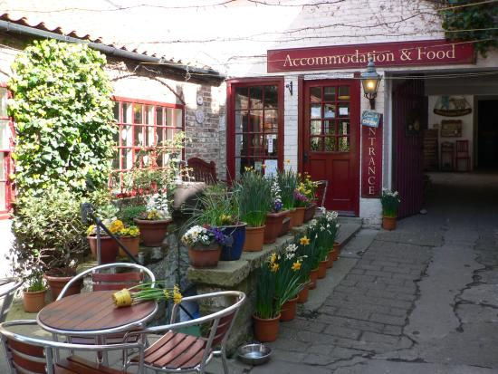 Sanders Yard Restaurant: a very pleasant area to sit outside if you want to
