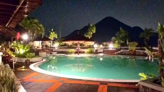 Grand Trawas Resort Mojokerto : Swimming pool at night