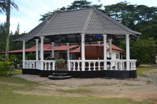 Sky Blue Guest House: Gazebo al centro del giardino