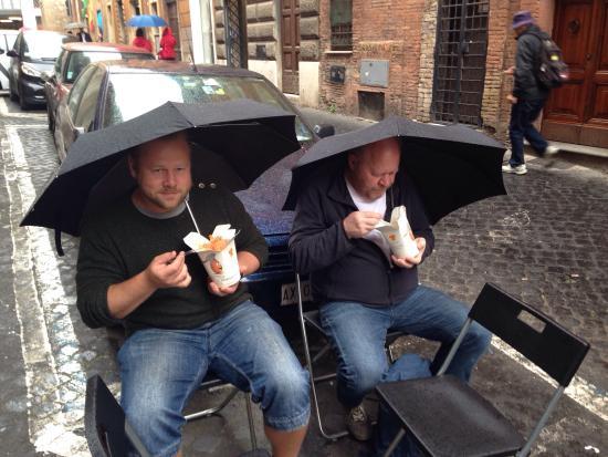 Pur di festeggiare il nostro primo anno di E.G.G. , c'è chi sfida la pioggia... TOP