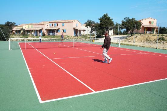 Residence Les Portes des Cevennes : Terrain de Tennis au sein de la Résidence