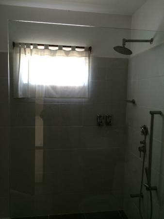 El Rio y Mar Resort: shower area inside bathroom