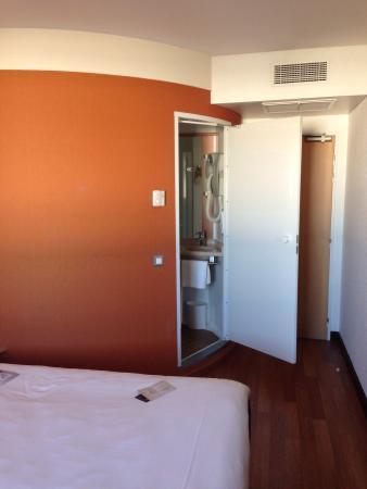 Ibis Macon Sud: Le coin salle de bain