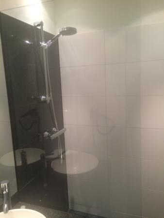 Motel One Berlin-Tiergarten: Sleek Shower