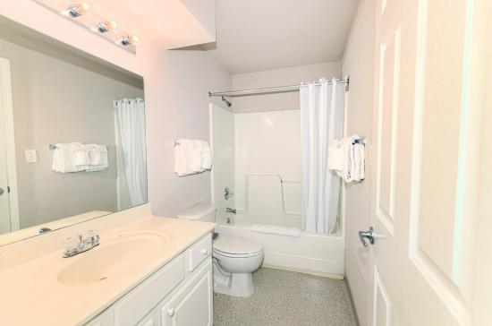 In-Town Suites - Crestwood Suites Fort Myers: Bathroom