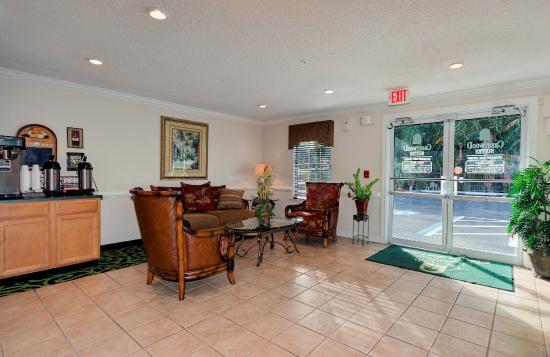 In-Town Suites - Crestwood Suites Fort Myers: Comfortable lobby seating