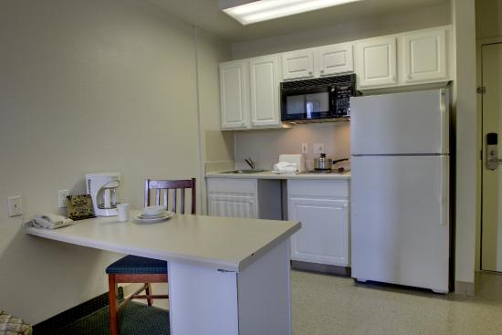 Greensboro Extended Stay Hotel : Suite Kitchen