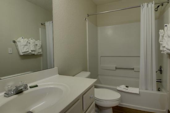 Greensboro Extended Stay Hotel : Suite bathroom