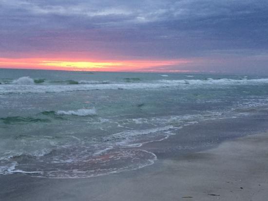Turtle Crawl Inn Resort: Sunset at the beach.