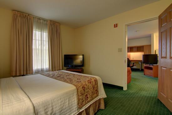 Home Towne Suites - Montgomery: Queen bed suite