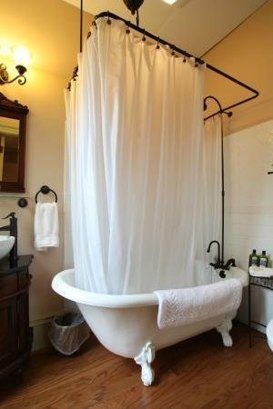 Proctor Mansion Inn: Peach Room Bathroom