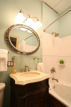Proctor Mansion Inn: Mint Room Bathroom