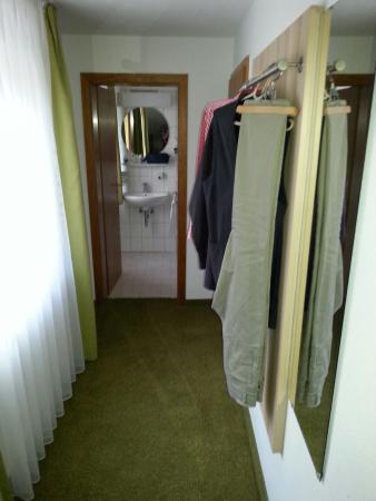 Hotel Gasthof Ochsen: Mein Einzelzimmer/ Gaderobe-Bad