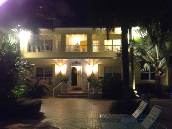 Alhambra Beach Resort: Beautiful grounds at night