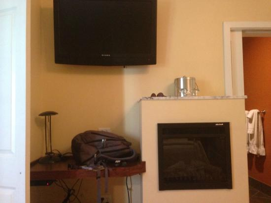Pacific Blue Inn: Television, desk and fireplace