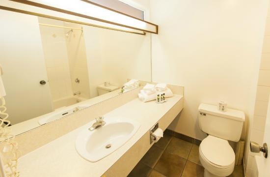 Bumpers Inn: Bathroom