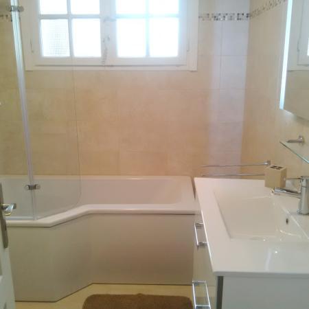 Chambre Verte: badkamer met bad-douche-combinatie - Photo de Vert et ...
