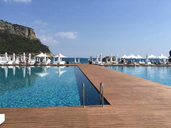 Maxx Royal Kemer Resort: Sağdaki Deniz Havuzu ve solda normal havuz arkada ise muhteşem deniz