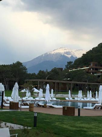 Maxx Royal Kemer Resort: Havuzdan karlı dağlar görünümü