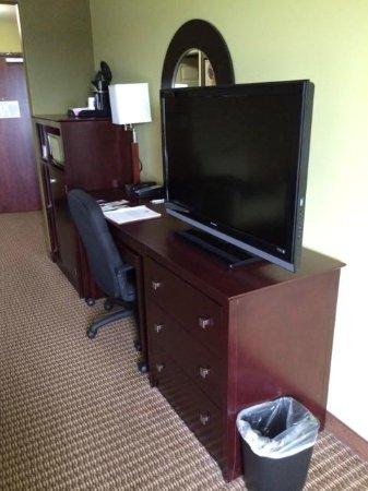 Comfort Suites Harvey: Work Area in Room