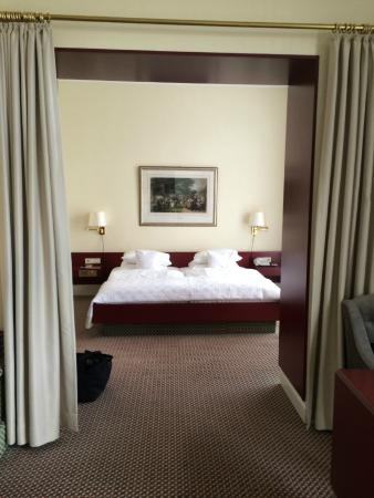 Ringhotel Rheinhotel Dreesen: Bedroom part of the suite