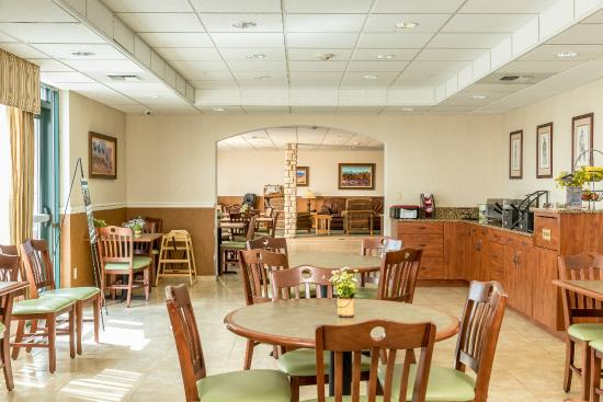 Boothill Inn & Suites: Start your morning with our hot breakfast buffet.