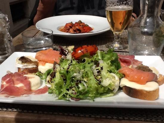 Ristorante Angolo Italiano : На перед нем плане - брускетта, на заднем - салат из осьминога.