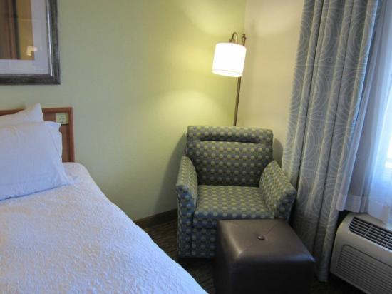 Hampton Inn Phoenix-Midtown-Downtown Area: .Great armchair and ottoman.