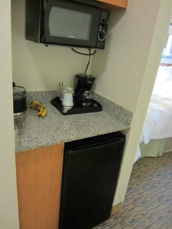 Hampton Inn Phoenix-Midtown-Downtown Area: Microwave and refrigerator area