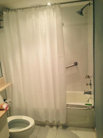San Juan Beach Hotel : Baño terrible, no me atrevía  tomar la foto del escusado porque verdaderamente era asqueroso