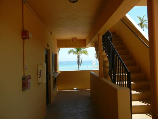 Hollywood Sands Resort: Corridors & stairs leading to upper levels.