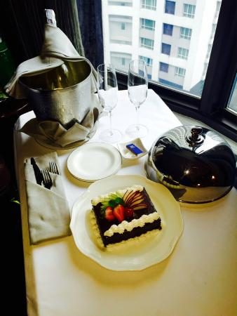 Hotel Muse Bangkok Langsuan, MGallery Collection: Champagne and cake in our room