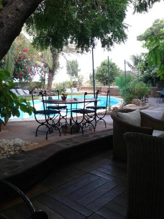 Hotel de charme Hyppocampo: Outdoor dining area with pool