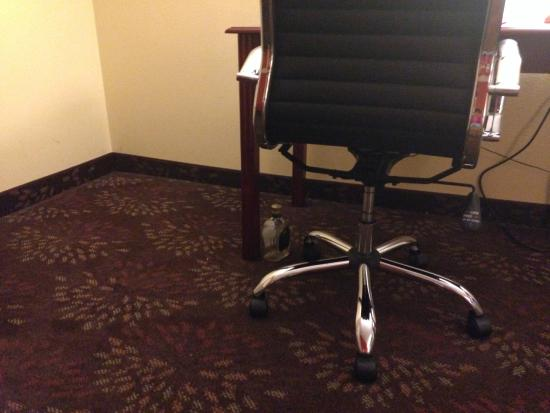 Holiday Inn Express White House: Alcohol bottle found on the floor between desk leg and chair.