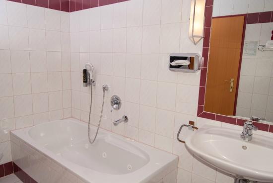 Neidling, Austria: Classic Badezimmer