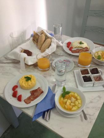 Markezinis Suites : Mai gustato colazioni cosi gustose, ricche e di qualitá. Preparate con amore da Evgeniae servite